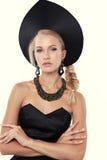 Herrliche Frau mit dem blonden Haar im russischen nationalen Hut Lizenzfreies Stockbild