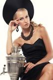 Herrliche Frau mit dem blonden Haar im russischen nationalen Hut mit Samowar Stockfotografie