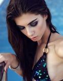 Herrliche Frau mit dem dunklen Haar im eleganten Bikini lizenzfreie stockfotografie