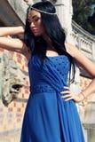 Herrliche Frau mit dem dunklen Haar trägt luxuriöses Kleid und Juwel lizenzfreies stockbild