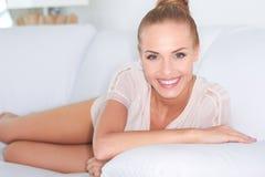 Herrliche Frau mit einem lebhaften Lächeln Stockbild