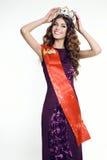 Herrliche Frau mit victress Krone des Schönheitswettbewerbs stockfotos