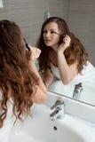 Herrliche Frauenverfassung im Badezimmer Stockbild