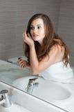 Herrliche Frauenverfassung im Badezimmer Lizenzfreies Stockfoto