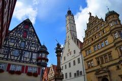 Herrliche Gebäude am Stadtplatz Stockfotos
