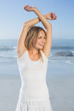 Herrliche glückliche blonde Aufstellung am Strand Lizenzfreie Stockbilder