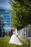 Herrliche glückliche blonde Braut und eleganter Bräutigam auf dem Hintergrund Stockfoto