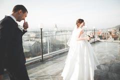Herrliche Hochzeitspaare, die in die alte Stadt von Lemberg gehen stockfotos