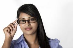 Herrliche indische Frau halten sie gestaltete Gläser lizenzfreie stockfotos