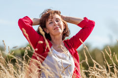 Herrliche junge ältere Frau in Übereinstimmung mit Natur Lizenzfreie Stockfotografie