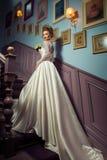 Herrliche junge blonde Braut im schönen Hochzeitskleid Lizenzfreies Stockfoto