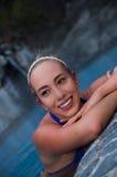 Herrliche junge blonde Frau, die in das entspannende Pool legt Lizenzfreies Stockbild