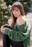 Herrliche junge Frau in der grünen Strickjacke Stockfotografie