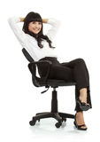 Herrliche junge Frau, die auf einem Stuhl sitzt stockbilder