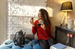 Herrliche junge Frau, die Kaffeepause genießt stockfotos