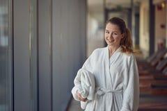 Herrliche junge Frau in einem Badekurort oder in einem Erholungsort Lizenzfreie Stockbilder