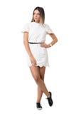 Herrliche junge Frau im weißen Kleid, das weg über der Schulter schaut Lizenzfreie Stockbilder