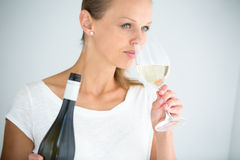 Herrliche junge Frau mit einem Glas Wein Stockbild