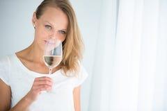 Herrliche junge Frau mit einem Glas Wein Stockfotos