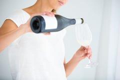 Herrliche junge Frau mit einem Glas Wein Stockfotografie