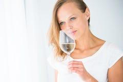 Herrliche junge Frau mit einem Glas Wein Stockbilder