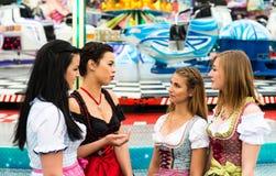 Herrliche junge Frauen am deutschen Funfair stockbilder