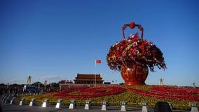 Herrliche Körbe voll von Blumen im blauen Himmel Peking-Tiananmen-Platz sonnig stock video