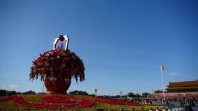 Herrliche Körbe voll von Blumen im blauen Himmel Peking-Tiananmen-Platz sonnig stock footage