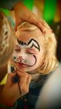 Herrliche Kaninchengesichtsmalerei des kleinen Mädchens Stockfoto