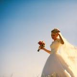 Herrliche kaukasische blonde Braut auf dem Hintergrund des beautif Lizenzfreie Stockbilder
