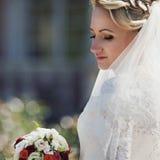 Herrliche kaukasische blonde Braut der Junge recht auf dem Hintergrund O Stockfotografie