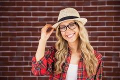 Herrliche lächelnde blonde Hippie-Aufstellung Lizenzfreie Stockfotografie