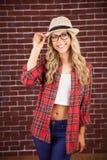 Herrliche lächelnde blonde Hippie-Aufstellung Stockbilder