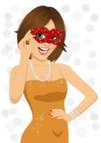 Herrliche lächelnde tragende Karnevalsmaske der Frau lizenzfreie abbildung