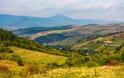 Herrliche Landschaft mit Dorf im Tal Stockbilder
