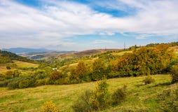 Herrliche Landschaft mit Dorf im Tal Stockfoto