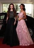 Herrliche luxuriöse Kleider der Frauenabnutzung, werfend neben Auto auf Lizenzfreies Stockfoto