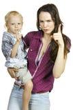 Herrliche Mutter und Sohn, die Finger zeigt Lizenzfreie Stockfotos