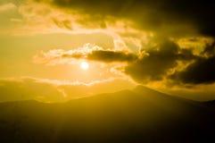 Herrliche Panoramalandschaftliche schönheit des Sonnenuntergangs mit bunten Wolken auf orange Himmel Himmlischer Himmelhintergrun stockfotografie