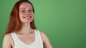 Herrliche rote behaarte Frau, die Kopienraum darstellend lächelt stock footage
