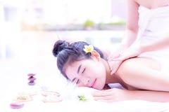 Herrliche schöne asiatische Frau fühlt sich entspannt, bequem, glücklich lizenzfreie stockfotografie
