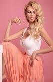 Herrliche sexy Frau mit dem blonden gelockten Haar im elegantes Kleid-posin Stockfoto