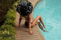 Herrliche sexy Frau mit dem blonden Haar trägt eleganten Badeanzug Lizenzfreies Stockbild