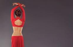 Herrliche sportliche Frau in der roten Kleidung Lizenzfreies Stockbild