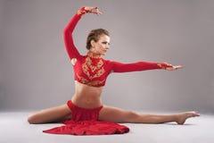 Herrliche sportliche Frau in der roten Kleidung Chinesisches Tanzen Stockfotografie