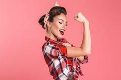 Herrliche starke junge Stift-obenfrau, die Bizeps zeigt stockfotografie