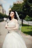 Herrliche stilvolle blonde Braut im weißen Kleid der Weinlese herein gehend Stockfotografie