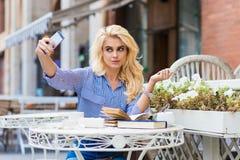 Herrliche Studentin, die Selbstporträt mit Handydigitalkamera, während Rest, macht nach Vorträgen, Lizenzfreies Stockbild