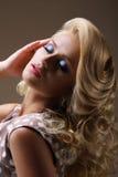 Herrliche träumerische Dame mit geschlossenen Augen und den umsponnenen Haaren Festliche Verfassung Stockfoto