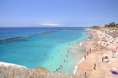 Herrlicher azurblauer sandiger Playa Del Duque in Costa Adeje auf Teneriffa Stockfoto